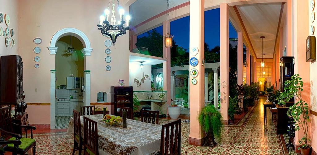 Comedor y patio interior de la casa particular Auténtica Pérgola en Santa Clara.