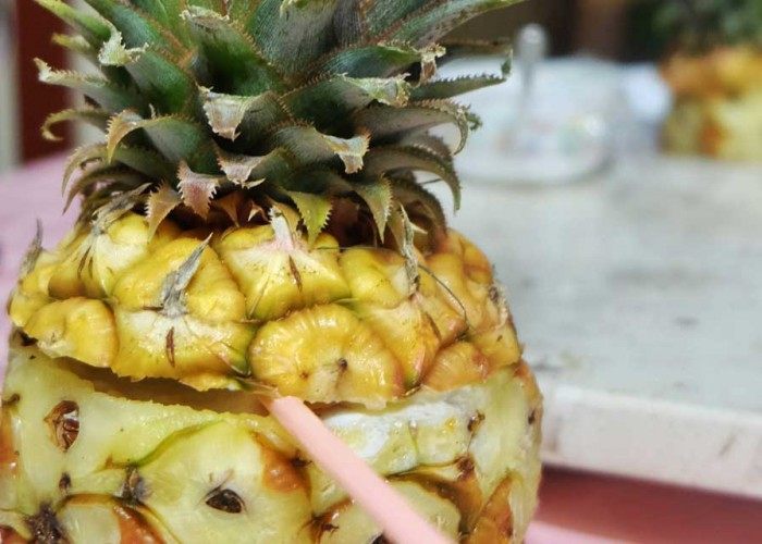 Piña Colada dentro de la misma fruta servida en la Casa Carballo y Mandy en Playa Girón, Cuba.